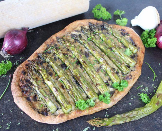 Rustikaler veganer Flammkuchen mit Spargel