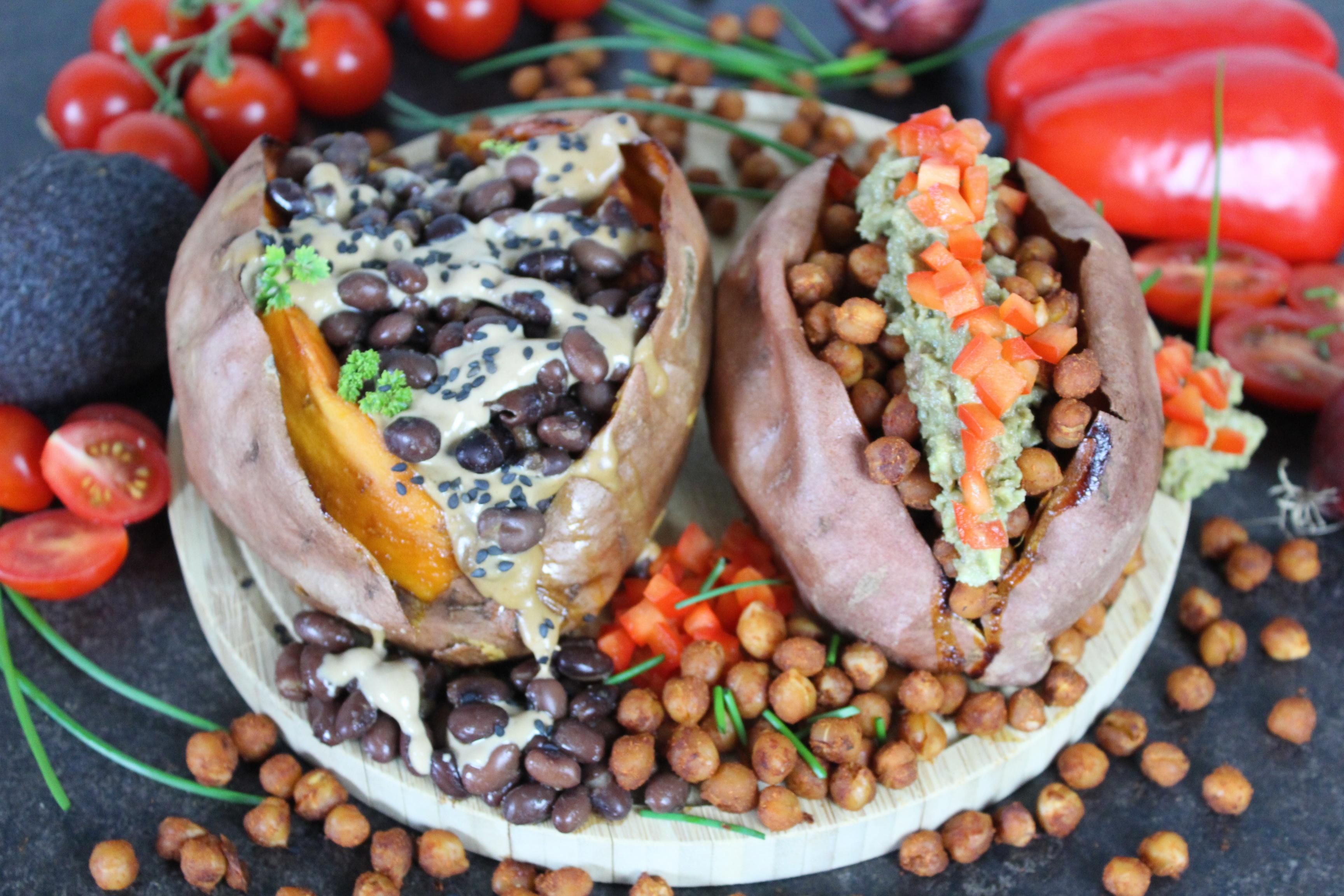 Gebackene Süßkartoffel mit proteinreichem veganem Topping